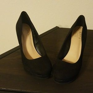Apt 9 defined comfort suede type wedges. Size 6.